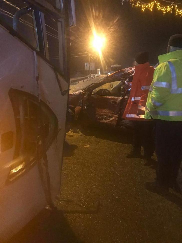 Accident la Târgu-Jiu : un autobuz a lovit o mașină