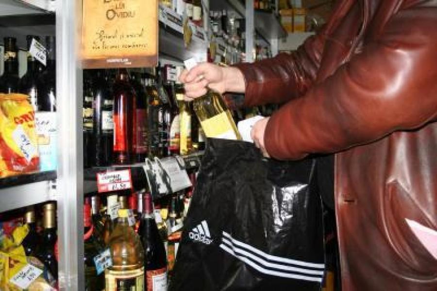 Doi minori din Rovinari au fuart băuturi alcoolice dintr-un supermarket